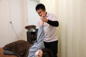 梅田駅徒歩圏内中津だるま整骨院の頭痛マッサージ肩の検査