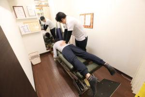 梅田駅徒歩圏内中津だるま整骨院の腰痛マッサージ整体の骨盤矯正写真